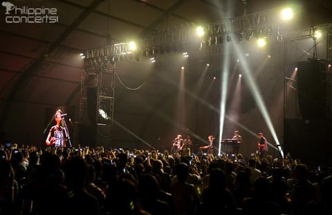 tegan-and-sara-live-in-manila-crowd